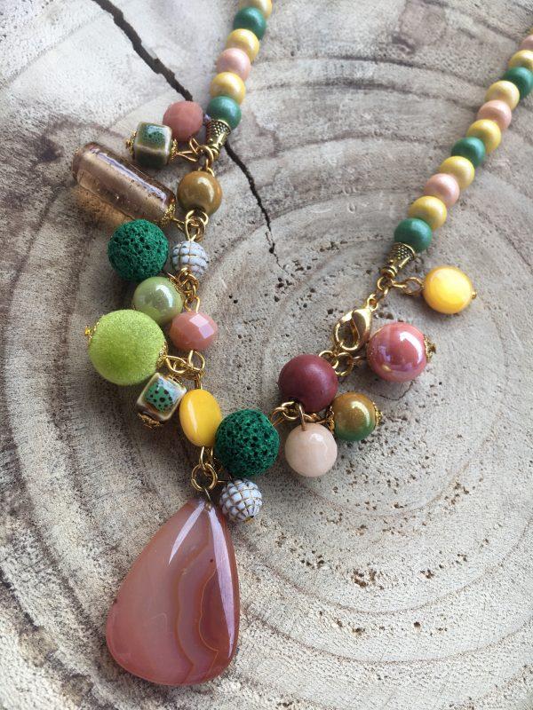 Collar-artesanal-verde-amarillo-coral